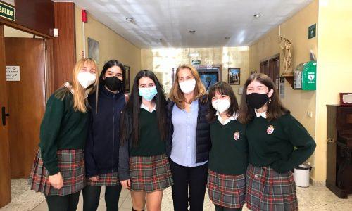 Theresa Zabell con alumnas del colegio Cristo Rey