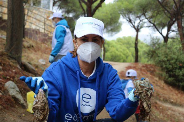 Nuestra presidenta Theresa Zabell en una actividad recogiendo mascarillas usadas y abandonadas