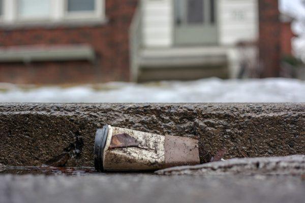 Vaso desechable tirado en la calle